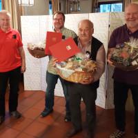 Präsente für lange Vereinszugehörigkeit und Gemeinderatstätigkeit überreichte Michael Hinterbrandner an Franz Praxl, Kurt Braun und Rudi Mayerhofer (von links).